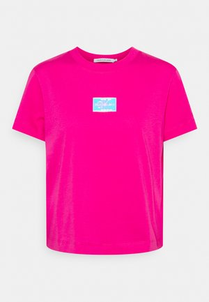 SHINE BADGE TEE - Printtipaita - party pink