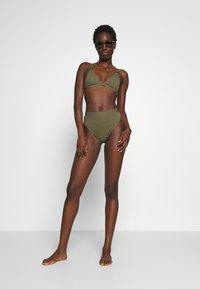NA-KD - STRUCTURED BUCKLE DETAIL TRIANGLE - Bikiniöverdel - burnt olive - 1