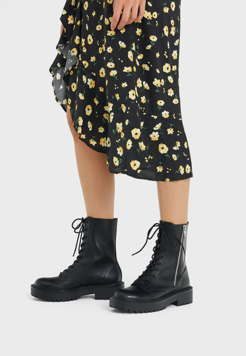 Bershka - Kotníkové boty na platformě - black