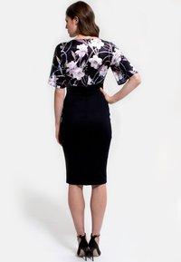 HotSquash - EMMA - Shift dress - schwarz/flieder - 1