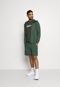 Nike Performance - DRY TEE  ATHLETE CAMO - Camiseta estampada - sequoia - 1