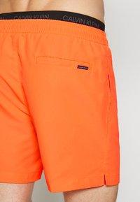 Calvin Klein Swimwear - MEDIUM DOUBLE - Shorts da mare - orange - 3