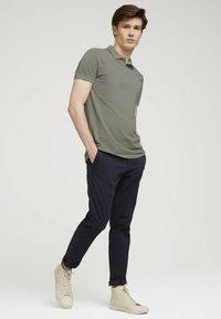 TOM TAILOR DENIM - Polo shirt - greyish shadow olive - 1