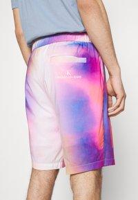 Calvin Klein Jeans - PRIDE SHORT UNISEX - Shorts - multicoloured - 4