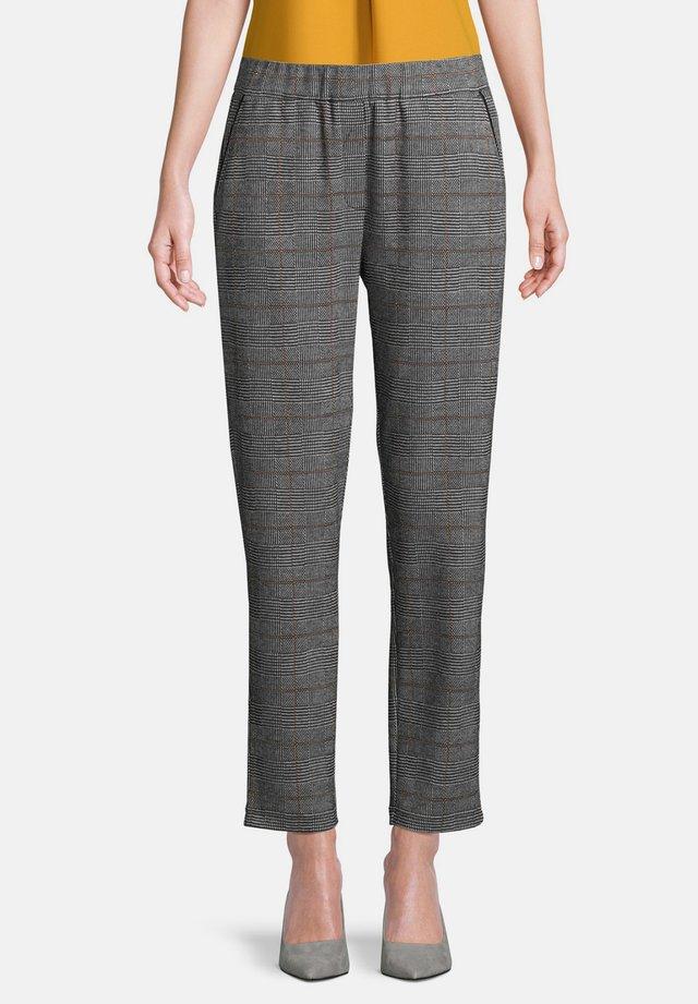 MIT GUMMIZUG - Trousers - schwarz/weiß