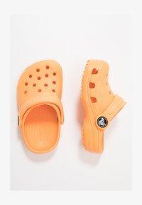 Crocs - CLASSIC - Sandály do bazénu - cantaloupe - 1
