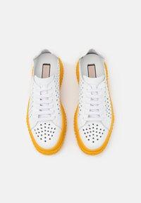 N°21 - GYMNIC BONNIE - Sneakersy niskie - white/yellow - 4