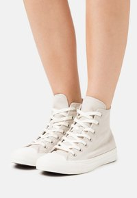 Converse - CHUCK TAYLOR ALL STAR PERFECT - Zapatillas altas - string/crimson tint/egret - 0