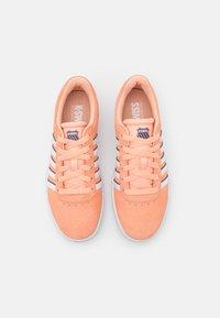 K-SWISS - COURT CHESWICK  - Trainers - peach nectar/gray stone/white - 5