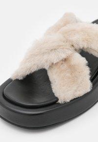 Elleme - TRESSE SHEARLING PLATFORM  - Mules - black/beige - 6
