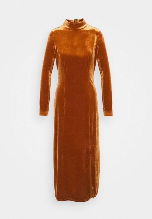 MIDI VELVET DRESS - Maxi dress - bronze velvet