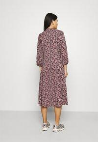 Moss Copenhagen - KAROLA RAYE DRESS - Shirt dress - black/lavender - 2