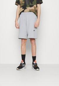 adidas Originals - ABSTRACT SHORT R.Y.V. ORIGINALS SHORTS - Shorts - halo silver - 0