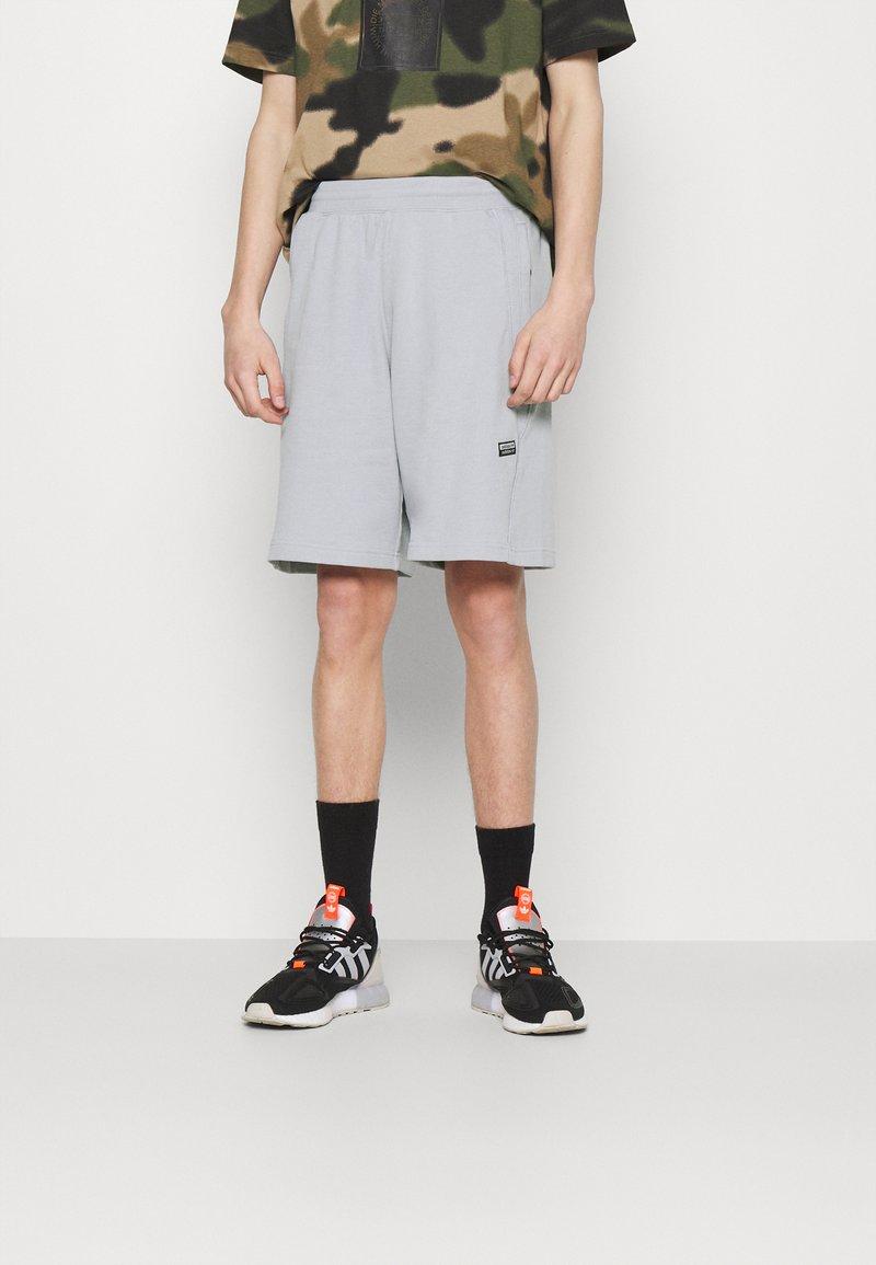 adidas Originals - ABSTRACT SHORT R.Y.V. ORIGINALS SHORTS - Shorts - halo silver