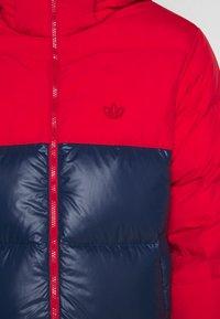 adidas Originals - REGEN PUFF - Gewatteerde jas - scarle conavy - 5