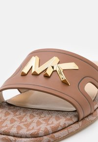 MICHAEL Michael Kors - KIPPY SLIDE - Sandaler - luggage - 6