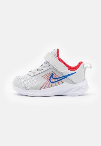 DOWNSHIFTER 11  - Zapatillas de running neutras - photon dust/game royal/university red/white