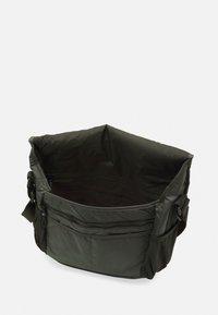 Nike Sportswear - SPORTSWEAR ESSENTIALS UNISEX - Borsa a tracolla - sequoia/oil green/black - 2