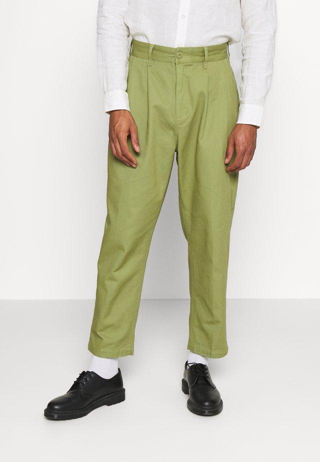 FUBAR PLEATED PANT - Trousers - burnt olive