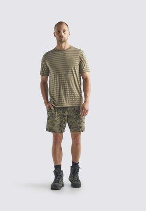 M UTILITY EXPLORE SS  - T-shirt imprimé - flint