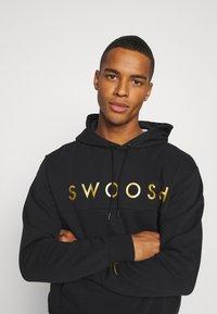 Nike Sportswear - HOODIE - Hoodie - black/gold - 3