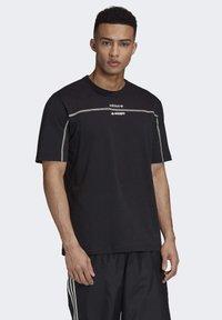 adidas Originals - R.Y.V. T-SHIRT - T-shirts med print - black - 0