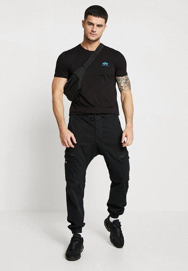 Alpha Industries T-shirt z nadrukiem - black/blue/czarny Odzież Męska ZZTF