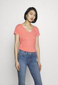 Mos Mosh - ARDEN V NECK TEE - Basic T-shirt - sugar coral - 3