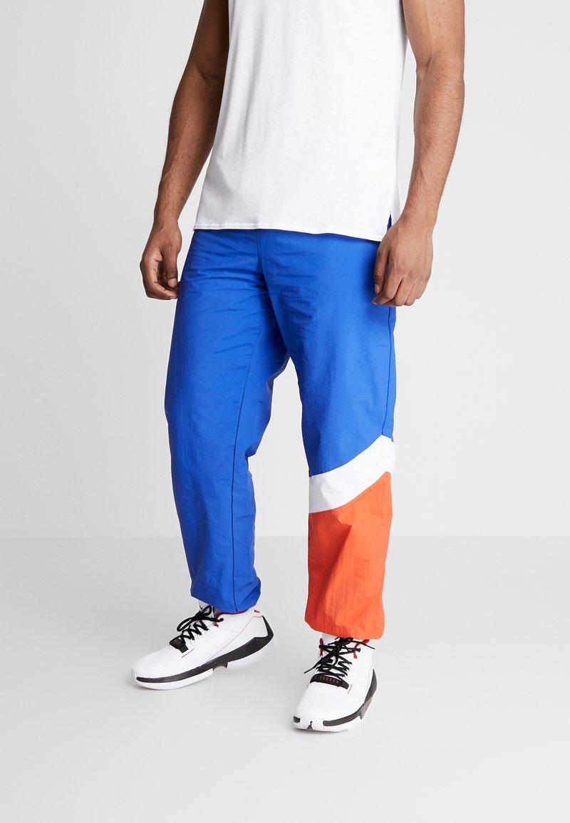 Mitchell & Ness - MIDSEASON PANT - Pantalon de survêtement - royal/orange