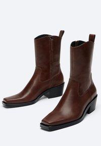 Uterqüe - FLACHE - Cowboy/biker ankle boot - brown - 1