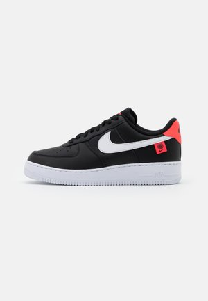 AIR FORCE 1 '07 UNISEX - Sneakersy niskie - black/white/flash crimson