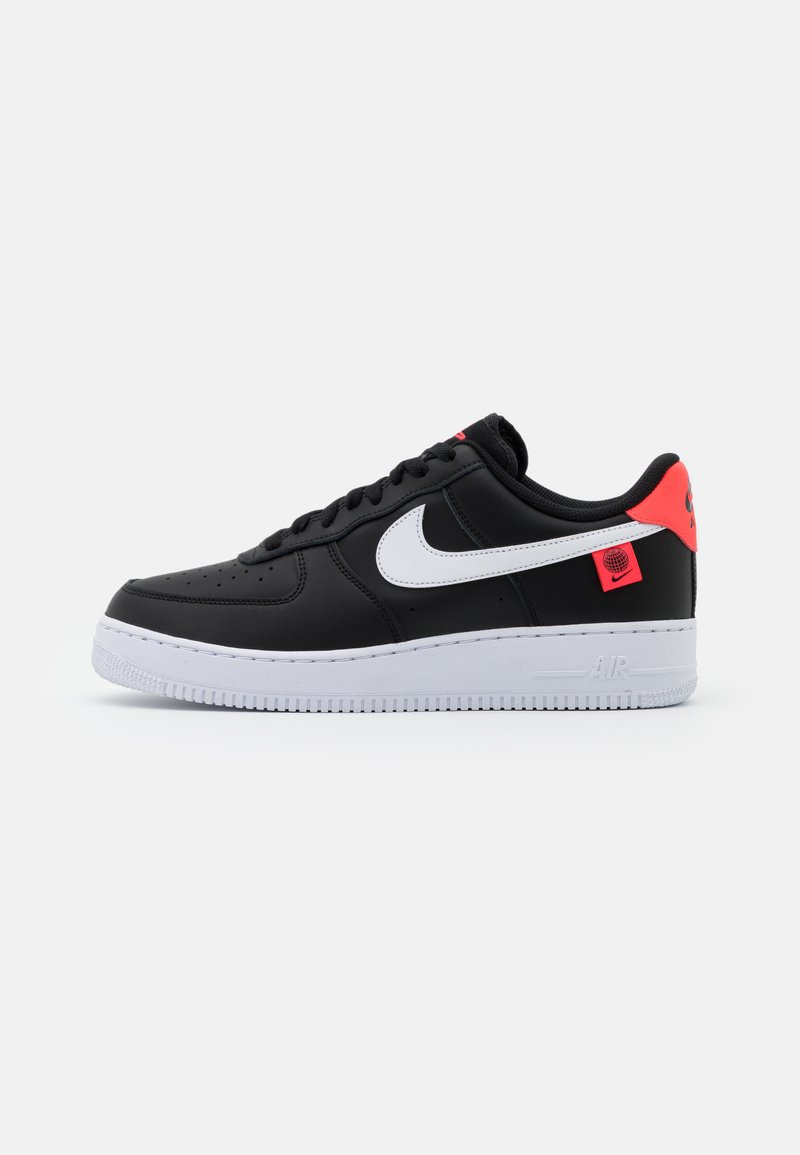 Nike Sportswear - AIR FORCE 1 '07 UNISEX - Matalavartiset tennarit - black/white/flash crimson