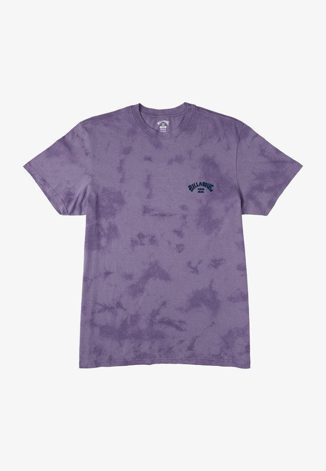 ARCH WAVE TIE DYE  - Print T-shirt - purple haze