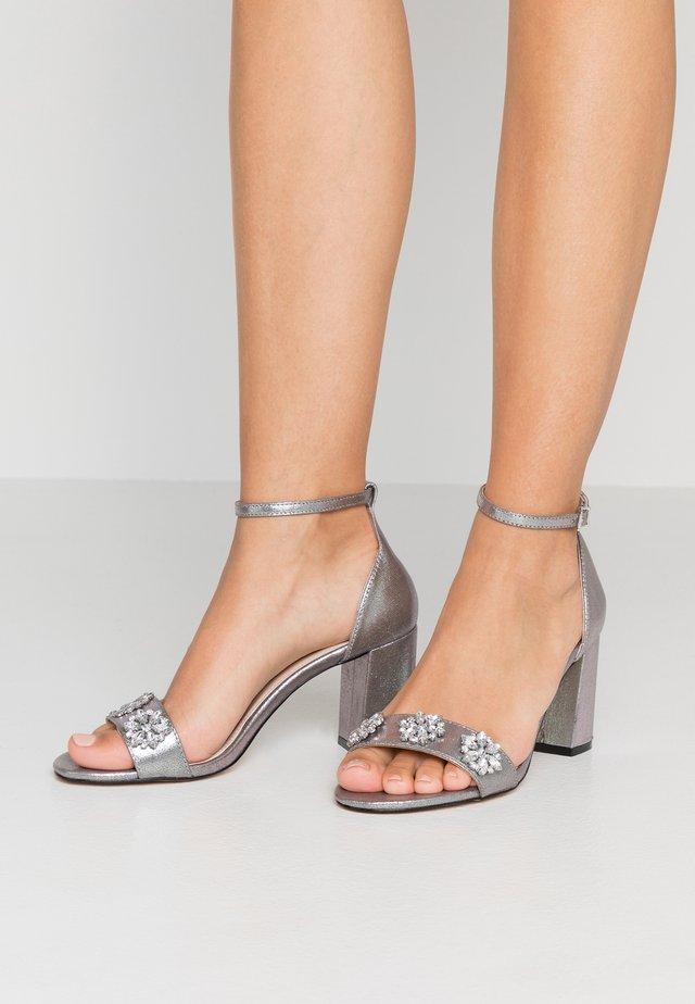 WIDE FIT  - Sandaalit nilkkaremmillä - silver