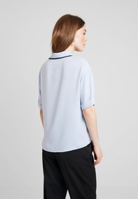 KIOMI - SHORTSLEEVE BOXY WITH PIPING - Button-down blouse - kentucky blue - 2