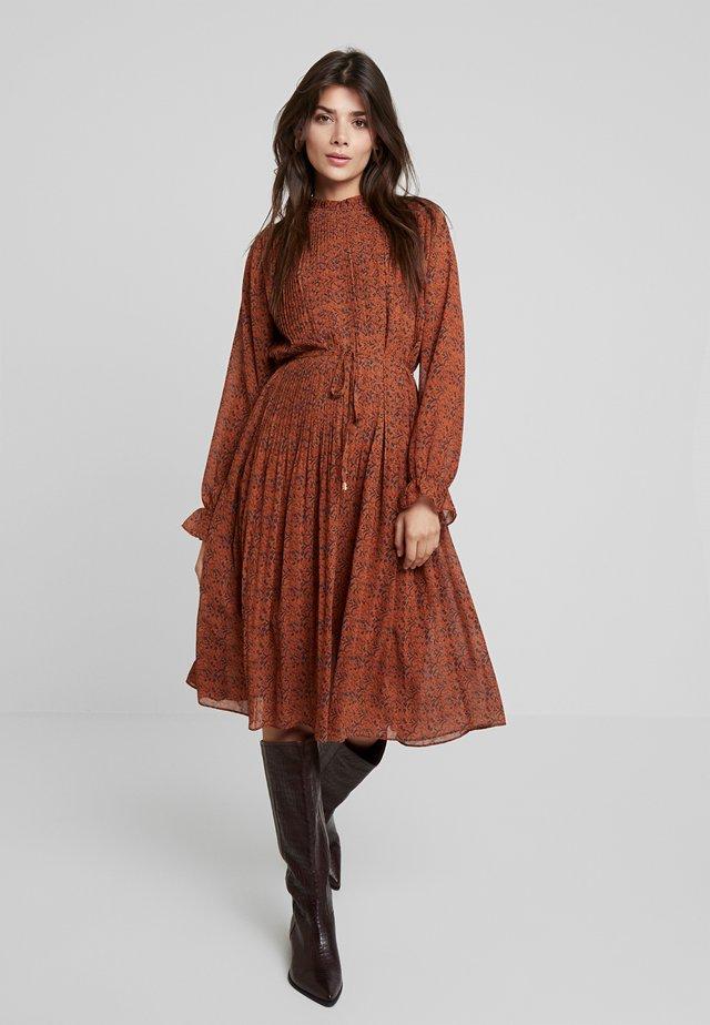 STARLEAF - Korte jurk - toffee