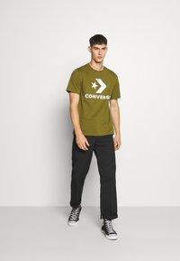 Converse - STAR CHEVRON TEE - Print T-shirt - cypress green - 1