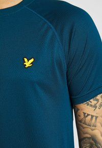 Lyle & Scott - CORE RAGLAN - T-shirt - bas - deep fjord - 5