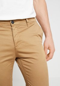 Pier One - Pantalones chinos - tan