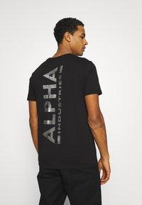 Alpha Industries - FOIL EXCLUSIVE - Print T-shirt - black/metal silver - 2