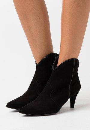 KAITLYN - Kotníková obuv - black