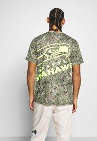 Fanatics - NFL SEATTLE SEAHAWKS SHORT SLEEVE - Artykuły klubowe - multicolor - 2