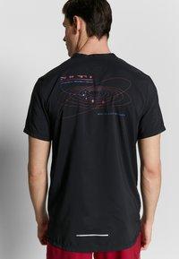 Nike Performance - RISE HYBRID - Print T-shirt - black - 4