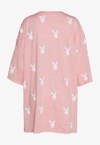 Missguided - PLAYBOYOVERSIZED T-SHIRT DRESS - Vestido ligero - pink/white - 1
