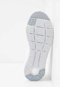 Under Armour - CHARGED IMPULSE - Obuwie do biegania treningowe - white/halo gray/mod gray - 4