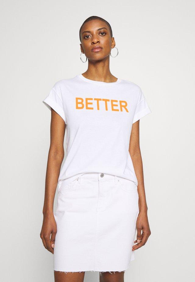 WITH BETTER TOGETHER  - Camiseta estampada - neon orange