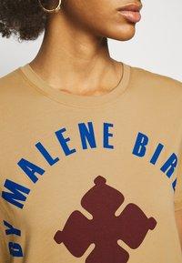 By Malene Birger - DESMOS - Print T-shirt - tan - 5