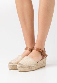 Macarena - JAVA  - Sandály na platformě - sumatra natural - 0