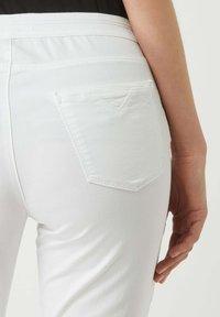 BRAX - SHAKIRA - Denim shorts - weiß - 2