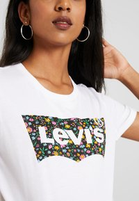 Levi's® - THE PERFECT TEE - Print T-shirt - hsmk dunsmuir fill white - 4